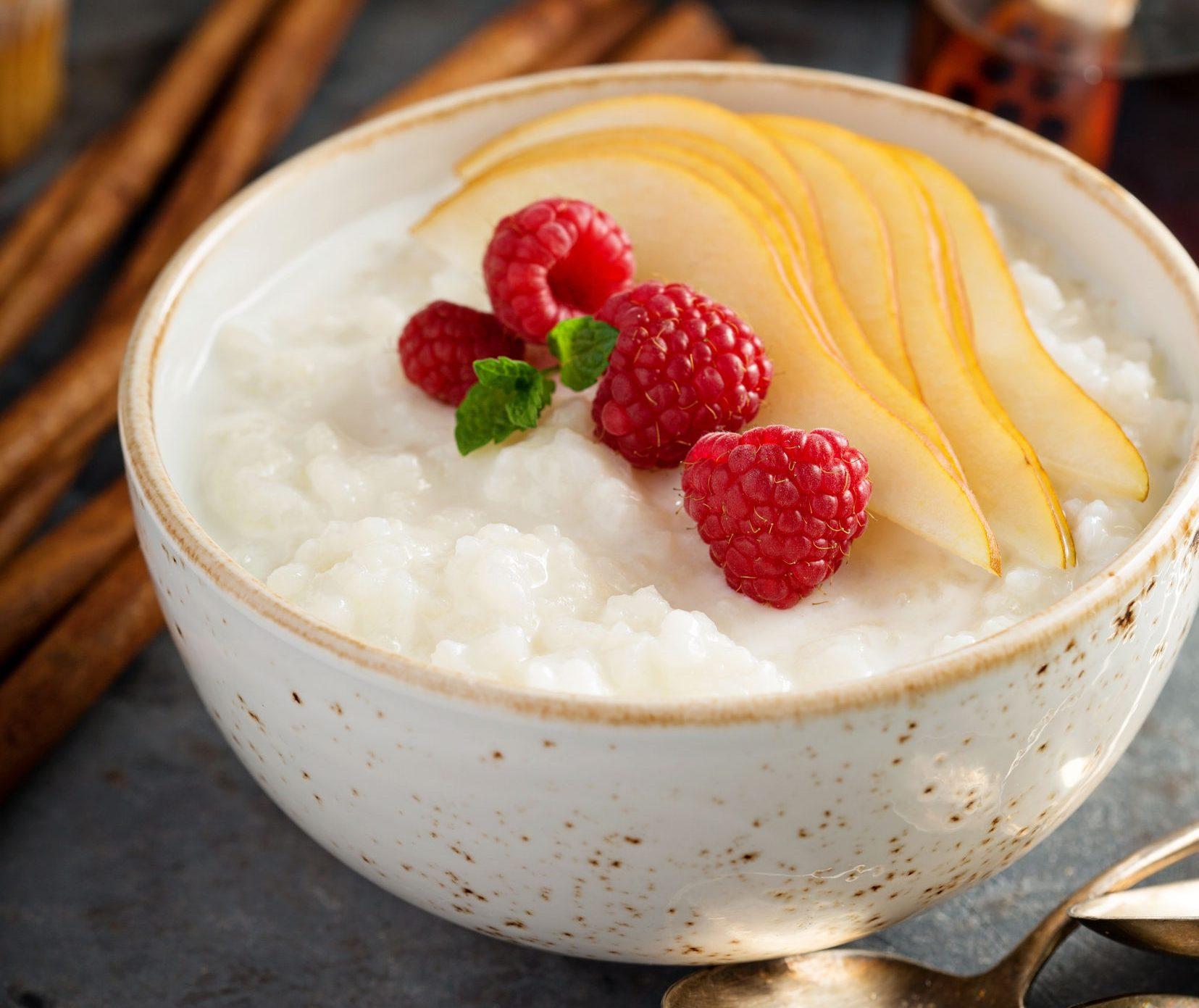 Reismilch-Milchreis mit Himbeeren und Birnen