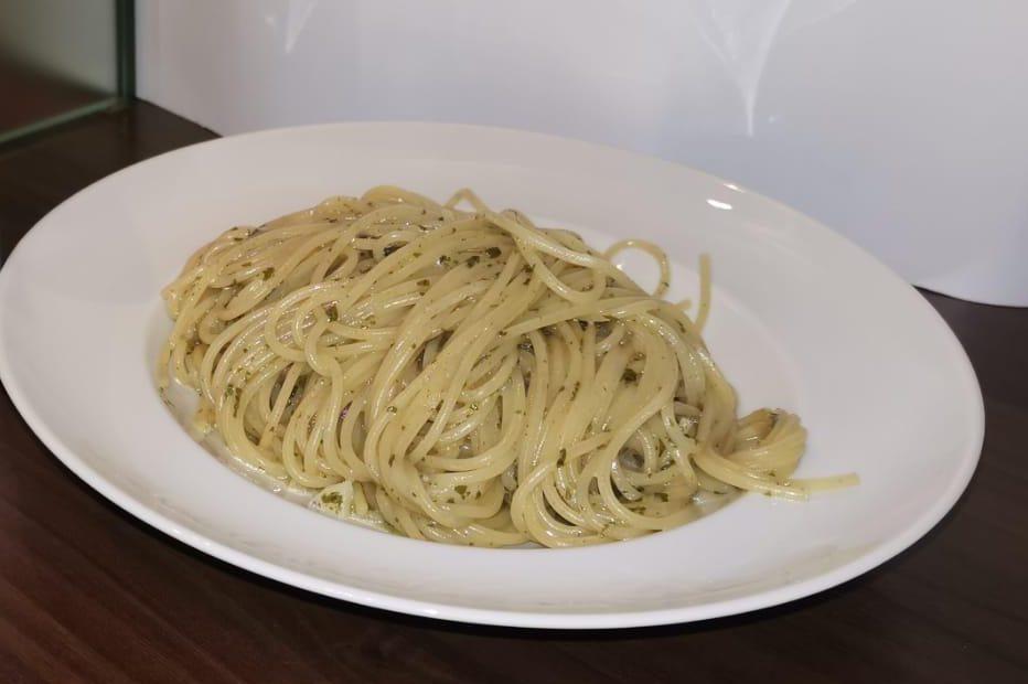 Spaghetti mit Knoblauch, Parmesan und Libuni auf Teller angerichtet